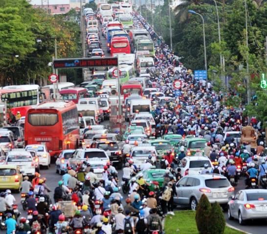 Người dân ùn ùn về quê, đường phố Sài Gòn kẹt cứng - 11