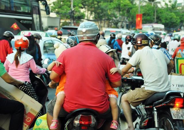 Người dân ùn ùn về quê, đường phố Sài Gòn kẹt cứng - 8