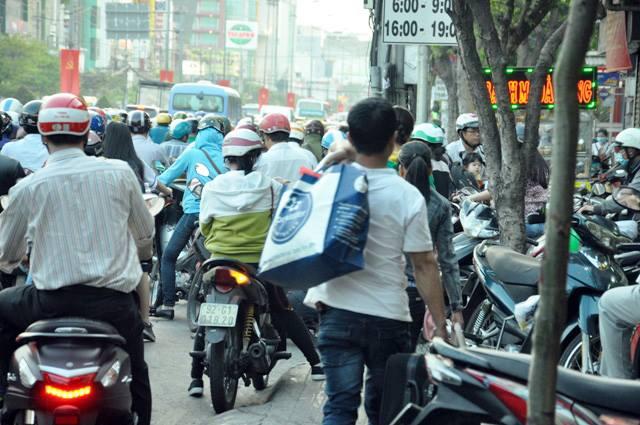Người dân ùn ùn về quê, đường phố Sài Gòn kẹt cứng - 10