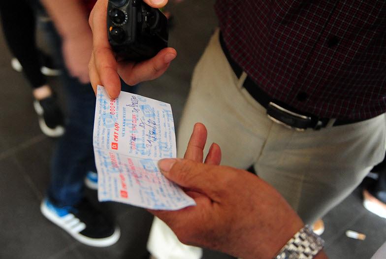 Xếp hàng cả tiếng đồng hồ mua vé rời Thủ đô nghỉ lễ - 7