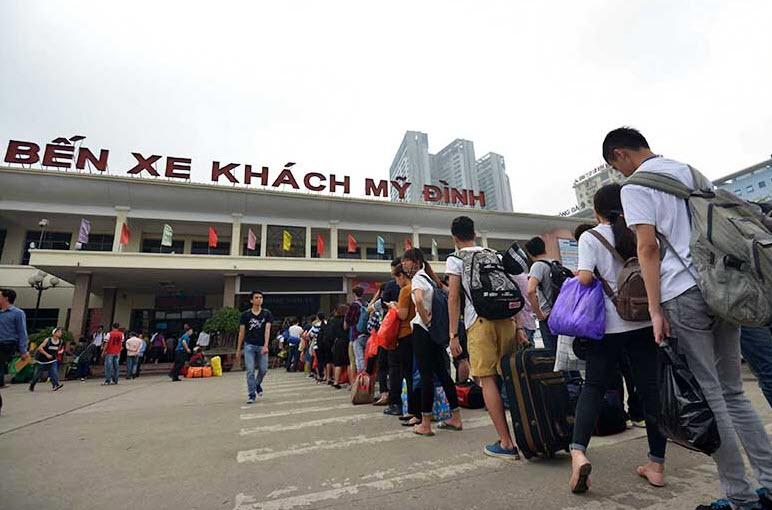 Xếp hàng cả tiếng đồng hồ mua vé rời Thủ đô nghỉ lễ - 9