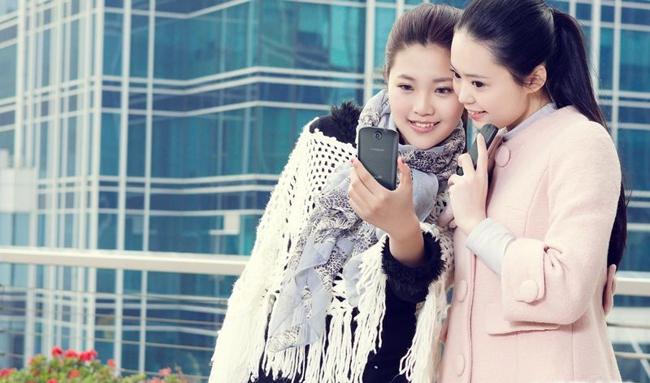 Những mỹ nữ rạng rỡ khi sánh cùng smartphone