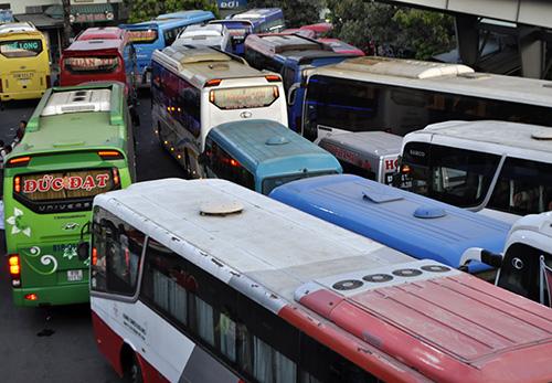 Người dân ùn ùn về quê, đường phố Sài Gòn kẹt cứng - 12