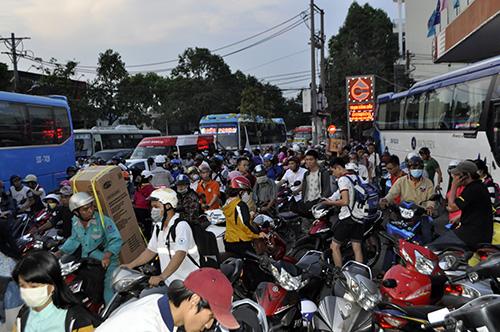 Người dân ùn ùn về quê, đường phố Sài Gòn kẹt cứng - 13
