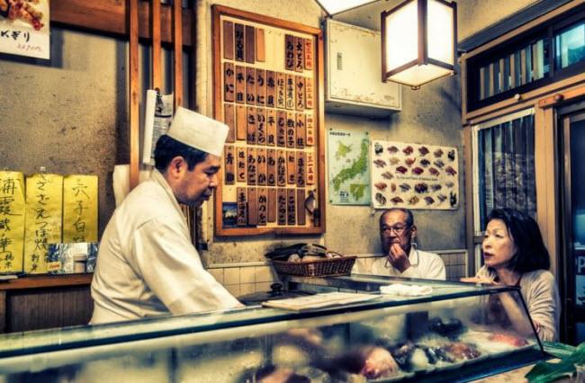 Khi tới thủ đô Tokyo của Nhật Bản, du khách có cơ hội thưởng thức món sushi ngon nhất thế giới. Cá tươi sống được mua từ những chợ hải sản lớn nhất thành phố trước khi được chế biển bởi các đầu bếp có nhiều năm kinh nghiệm.