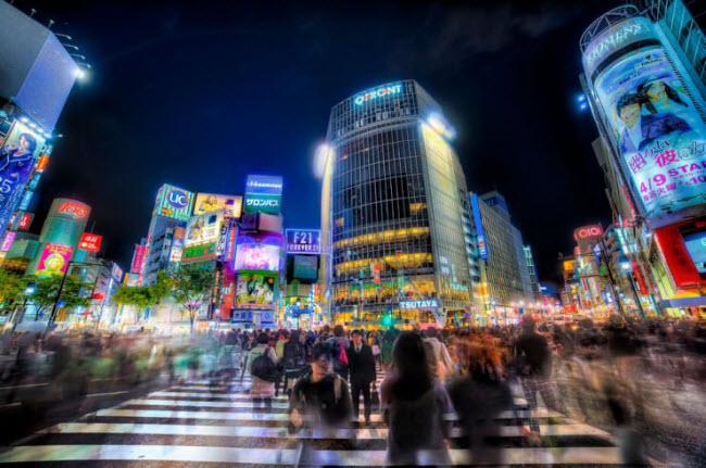 Nếu không phải là tín đồ của món sushi, bạn cũng có thể trải nghiệm nhiều món ăn truyền thống của Nhật Bản hay hòa mình và cuộc sống náo nhiệt tại thành phố Tokyo.