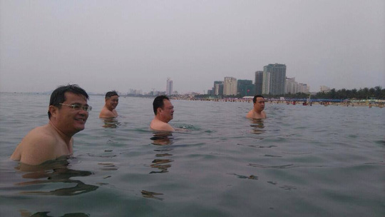 Lãnh đạo Đà Nẵng cùng nhau tắm biển - 1