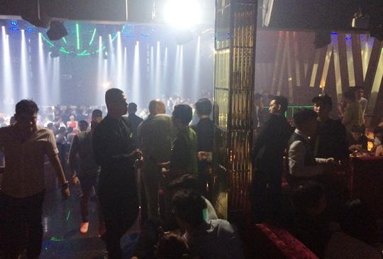 TP HCM: Đột kích quán bar cho khách sử dụng ma túy - 2
