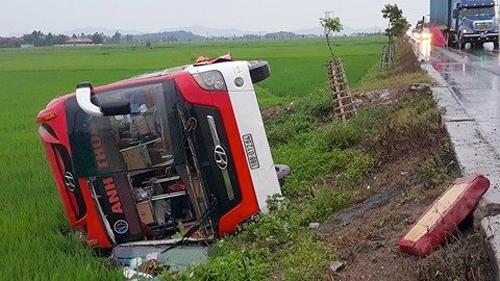 Giây phút lật xe khách kinh hoàng tại Nghệ An - 1
