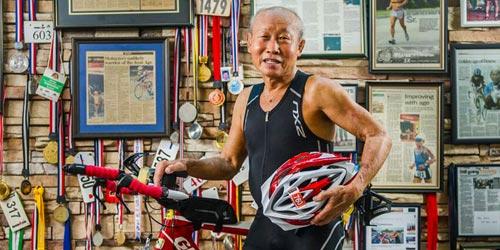 Cụ ông U80 đạp xe 90km so tài trai trẻ ở Ironman 70.3 - 2