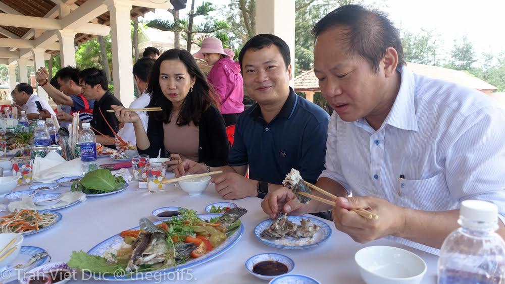 Bộ trưởng Trương Minh Tuấn mời nhà báo ăn cá biển tại Quảng Bình - 2