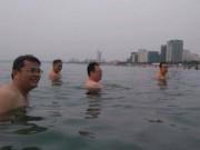 Tin tức trong ngày - Lãnh đạo Đà Nẵng cùng nhau tắm biển