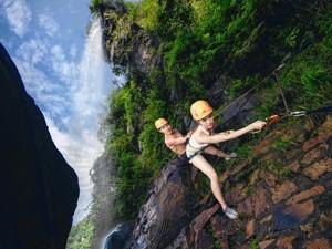 """Cầu hôn """"bá đạo"""" trên vách núi nguy hiểm nhất Trung Quốc"""