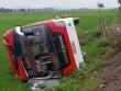 Giây phút lật xe khách kinh hoàng tại Nghệ An