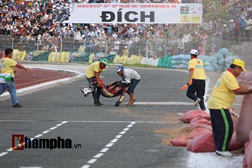 Tay đua mất giải vì tai nạn thót tim ngay vạch đích - 1
