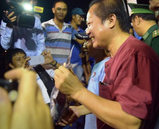 Bộ trưởng Trương Minh Tuấn xuống tận tàu mua cá ngư dân - 2