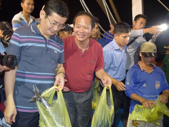Bộ trưởng Trương Minh Tuấn xuống tận tàu mua cá ngư dân - 1