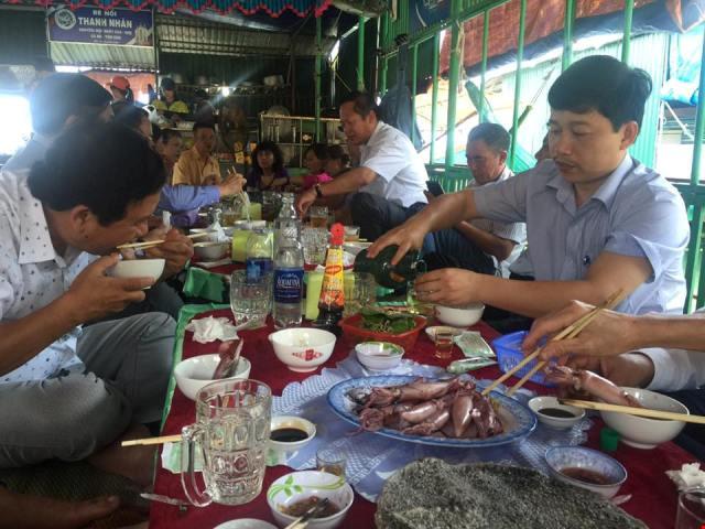 Bộ trưởng Trương Minh Tuấn ăn mực tươi ở Vũng Áng - 3