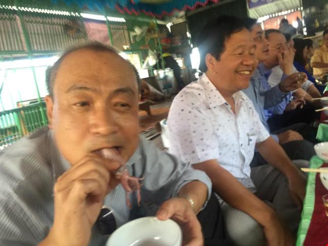 Bộ trưởng Trương Minh Tuấn ăn mực tươi ở Vũng Áng - 5