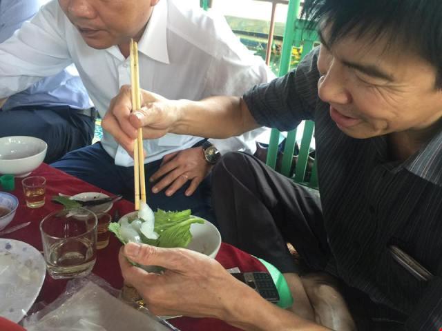 Bộ trưởng Trương Minh Tuấn ăn mực tươi ở Vũng Áng - 6