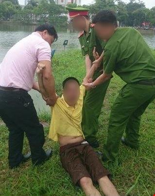 Nam thanh niên nhảy xuống hồ Gươm vì tưởng mình là cá - 1