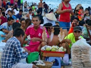 4km bãi biển Nha Trang ken đặc người