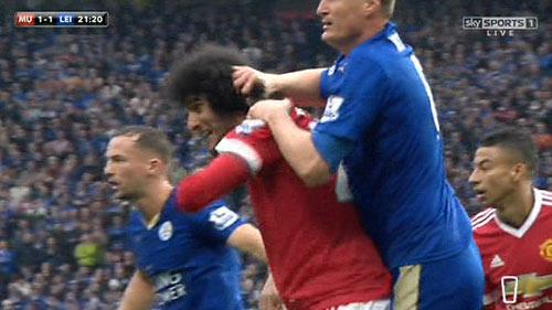 Bênh Fellaini, Van Gaal gây sốc túm tóc phóng viên - 2