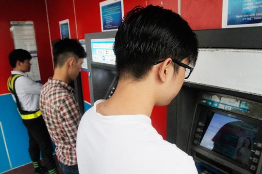 Hàng chục triệu thẻ ATM phải chuyển đổi - 1