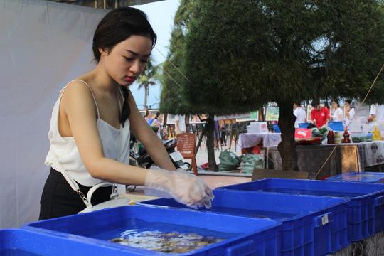 Hơn 1.000 cán bộ Đà Nẵng ăn hải sản vào bữa trưa - 2