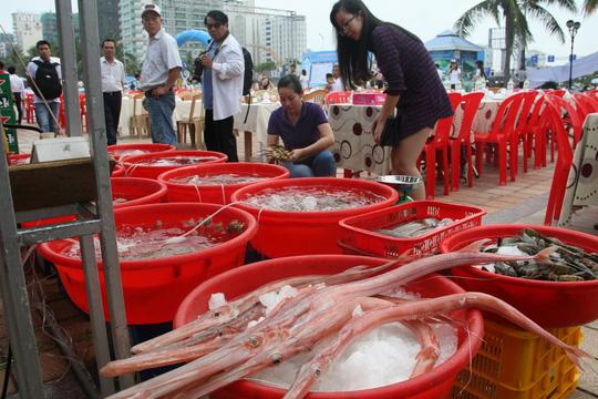 Hơn 1.000 cán bộ Đà Nẵng ăn hải sản vào bữa trưa - 3