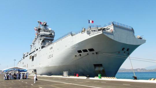 """Tàu đổ bộ """"khủng"""" của Pháp cập cảng Cam Ranh - 1"""