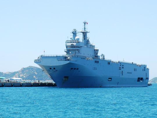 """Tàu đổ bộ """"khủng"""" của Pháp cập cảng Cam Ranh - 2"""