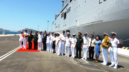 """Tàu đổ bộ """"khủng"""" của Pháp cập cảng Cam Ranh - 3"""
