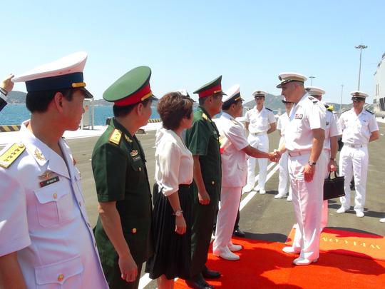 """Tàu đổ bộ """"khủng"""" của Pháp cập cảng Cam Ranh - 4"""