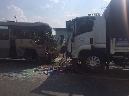 Xe khách tông xe tải, 21 người thương vong - 1