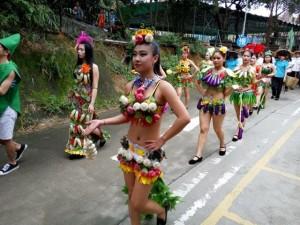 Bạn trẻ - Cuộc sống - Gái trẻ sexy với thời trang củ quả xôn xao trên phố
