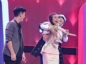 Bạn gái Huỳnh Anh sợ tái mặt khi bị trăn quấn cổ