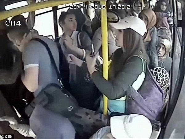 Kẻ bệnh hoạn bị phụ nữ đánh hội đồng trên xe buýt - 2