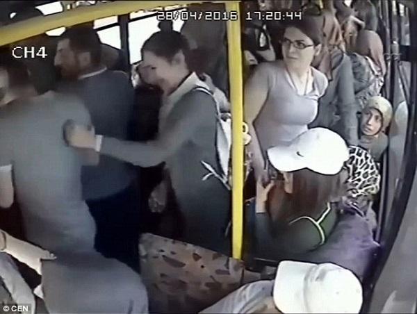 Kẻ bệnh hoạn bị phụ nữ đánh hội đồng trên xe buýt - 1