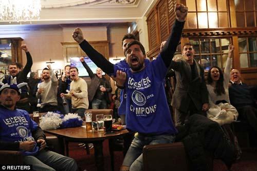"""Vô địch sớm, sao Leicester ăn mừng như """"điên dại"""" - 7"""