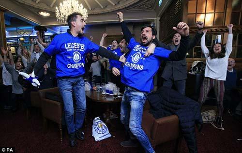 """Vô địch sớm, sao Leicester ăn mừng như """"điên dại"""" - 8"""