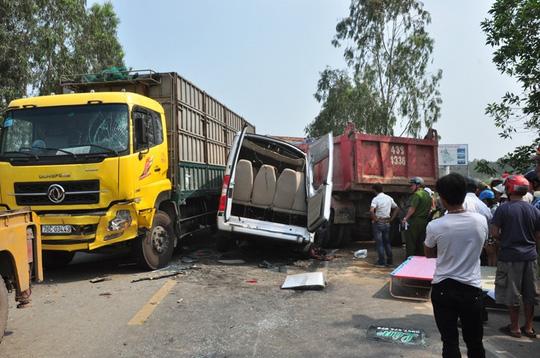 3 ô tô tông nhau, 4 người chết, 8 người bị thương - 1