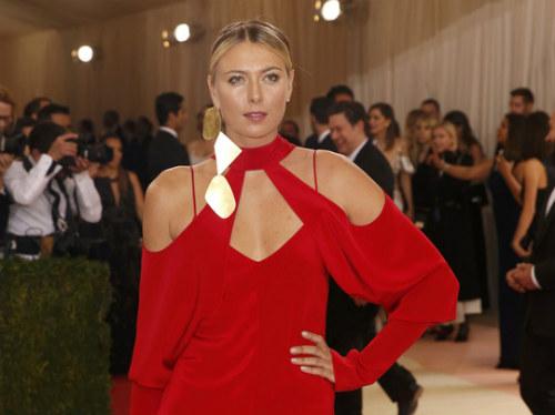 Sharapova rạng ngời với váy đỏ - 3