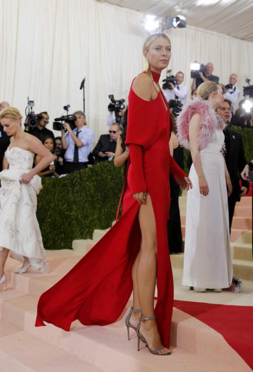 Sharapova rạng ngời với váy đỏ - 6