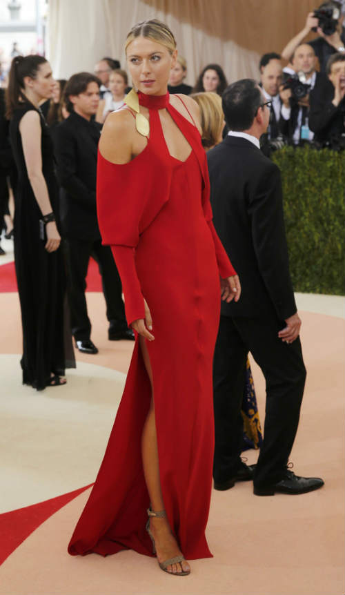Sharapova rạng ngời với váy đỏ - 7