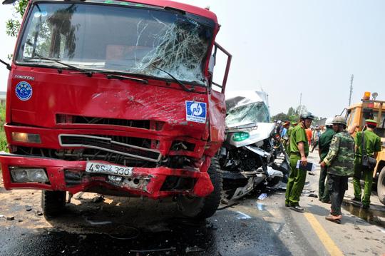 TNGT 4 người chết ở Quảng Ngãi: Xe khách cố vượt - 1
