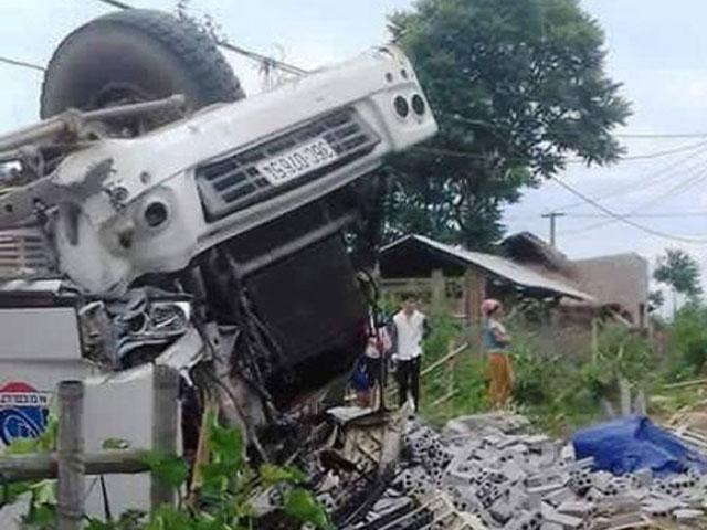 Xe tải lật úp khiến 3 người chết, 7 người bị thương - 1