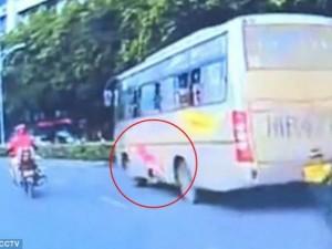 Video: Bé gái rơi khỏi cửa sổ xe bus đang chạy ở TQ