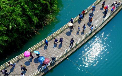 Lối đi bộ giữa sông đẹp chưa từng thấy ở TQ - 4