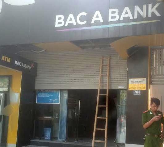 Sửa cửa cuốn, một bảo vệ ngân hàng bị kẹp tử vong - 1